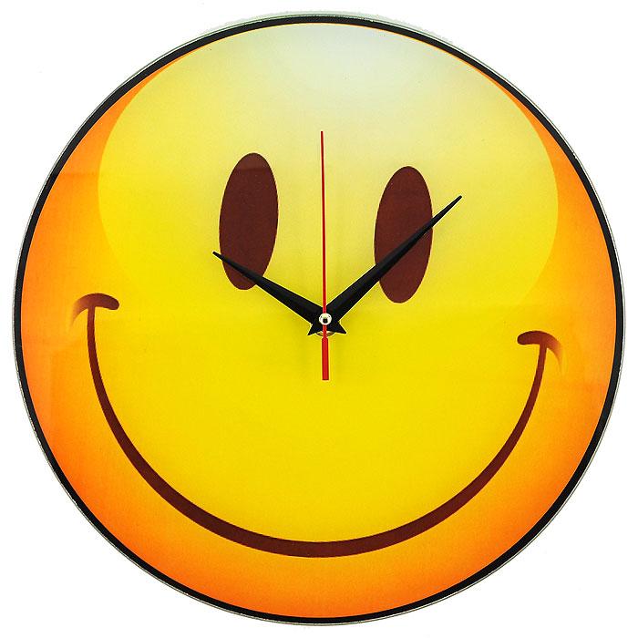 Часы настенные Смайл, кварцевые. 9439894398Настенные кварцевые часы Смайл своим необычным дизайном подчеркнут стильность и оригинальность интерьера вашего дома. Циферблат часов круглой формы выполнен из стекла и оформлен изображением очаровательного смайлика. Часы имеют три стрелки - часовую, минутную и секундную. На задней стенке часов расположена металлическая петелька для подвешивания. Такие часы послужат отличным подарком для ценителя ярких и необычных вещей. Характеристики: Материал: стекло, металл. Диаметр корпуса часов: 28 см. Размер упаковки: 29,5 см х 29 см х 4,5 см. Артикул: 94398. Рекомендуется докупить батарейку типа АА (не входит в комплект).