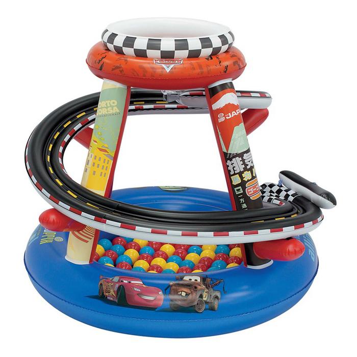 Игровой центр Гоночная трасса, с мячами3244Надувной игровой центр Гоночная трасса - это идеальный способ провести время весело и задорно! Центр выполнен из высококачественных, абсолютно безопасных материалов. Он представляет собой верхнее и нижнее кольца, соединенные стойками. От верхнего кольца к нижнему спускается спиралевидный гоночный трек для шариков. В комплект входят 50 ярких разноцветных шариков, которые сделают игру еще интереснее. Стоит только бросить шарик в специальное отверстие, расположенное сверху игрового центра, как он быстро скатится по спирали на дно. Игровой центр оформлен изображениями героев мультфильма Тачки (Cars). Игровой надувной центр Гоночная трасса прекрасно подойдет для игр, как в доме, так и на свежем воздухе.