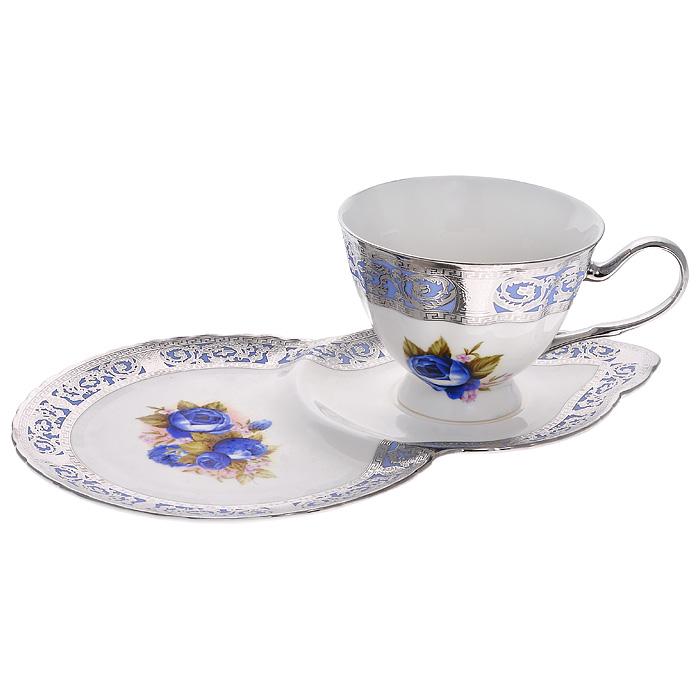 Чайная пара Силвер Блу, цвет: белый, 2 предмета222154DЧайная пара Моцарт состоит из чашки и блюдца, изготовленных из высококачественного фарфора. Изделия декорированы изображением синих роз и барельефным узором с серебристой эмалью в виде изящных линий. Красочность оформления придется по вкусу ценителям утонченности и изысканности. Оригинальный рисунок придает набору особый шарм, который понравится каждому. Чайная пара упакована в стильную подарочную картонную коробку синего цвета с логотипом компании.