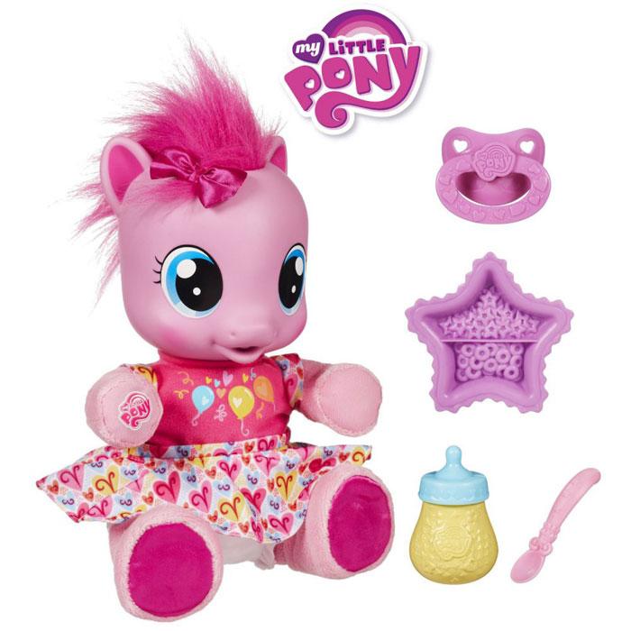 Интерактивная игрушка My Little Pony Малютка Пинки Пай, цвет: розовый29208121Великолепная интерактивная игрушка My Little Pony: Pinkie Pie, выполненная в виде пони с розовой гривой, порадует вашу малышку и доставит ей много удовольствия от часов, посвященных игре с ней. Пони одета в розовое платьице и белые трусики. На спине у пони имеется переключатель, который позволит регулировать функции выключения, включения и реакции на движения. В зависимости от установленного режима, при движении или нажав на кнопочку, она говорит: Привет я Pinkie Pie, Мама я хочу кушать, Покорми меня, Мамочка я тебя люблю! и другие забавные фразы, а также поет песенку и смеется. Пони пьет из бутылочки и издает звуки кормления. Подняв пони в положение стоя, она перебирает ножками, а в положении сидя она лягается. В комплект с пони входят тарелочка с ложкой, соска и бутылочка для кормления. Игра с пони разовьет в вашей малышке фантазию и любознательность, поможет овладеть навыками общения и научит ролевым играм, воспитает чувство ответственности и заботы. ...
