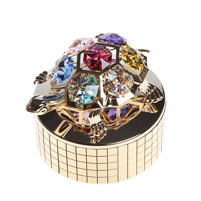Фигурка декоративная Черепашка на музыкальной подставке67420Декоративная фигурка Черепашка, золотистого цвета, станет необычным аксессуаром для вашего интерьера и создаст незабываемую атмосферу. Фигурка выполнена в виде черепашки, расположенной на крутящейся подставке с музыкальным механизмом, и инкрустирована крупными разноцветными кристаллами. Кристаллы, украшающие фигурку, носят громкое имя Swarovski. Ограненные, как бриллианты, кристаллы блистают сотнями тысяч различных оттенков. После завода фигурка крутится вместе с подставкой и играет легкая приятная мелодия. Эта очаровательная вещь послужит отличным подарком близкому человеку, родственнику или другу, а также подарит приятные мгновения и окунет вас в лучшие воспоминания. Фигурка упакована в подарочную коробку.