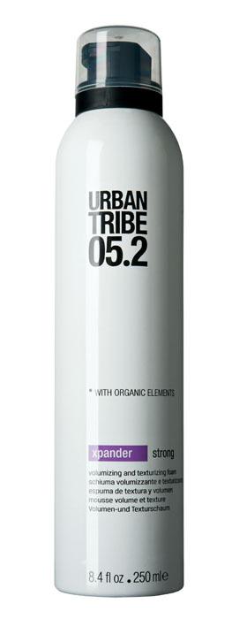 Urban Tribe Пена Xpander для укладки волос и создания объема, сильная фиксация, 250 мл52159Пена Urban Tribe Xpander для укладки волос и создания объема сильной фиксации создает максимальный объем и густоту волос. Подходит для укладки феном или рукой, придает волосам форму, блеск и эластичность. Термозащитные и солнцезащитные компоненты предохраняют волосы. Ухаживающие катионные ингредиенты облегчают расчесывание, не утяжеляя и не накапливаясь на волосах. Фиксирующий полимер создает эффект покрытия волос для более длительного сохранения укладки. Протеин овса укрепляет корковый слой волоса. Витамин Е, антиоксидант. Органические, эко-сертифицированные элементы оказывают увлажняющее, ухаживающее и антиоксидантное действие.