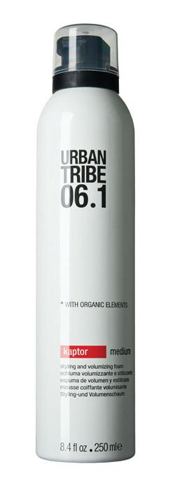 Urban Tribe Пена Kaptor для укладки волос и создания объема, средняя фиксация, 250 мл52142Пена Urban Tribe Kaptor для укладки волос и создания объема средней фиксации придает волосам густоту и естественно фиксирует прическу, подходит для укладки феном или непосредственно руками. Обеспечивает подвижную фиксацию и влагостойкость. Специальные термозащитные и солнцезащитные компоненты предохраняют волосы. Ухаживающие катионные ингредиенты облегчают расчесывание, не утяжеляя и не накапливаясь на волосах. Фиксирующий полимер создает эффект покрытия волос для более длительного сохранения укладки. Протеин овса укрепляет корковый слой волоса. Пантенол и алоэ вера обладают увлажняющим и успокаивающим действием. Органические, эко-сертифицированные элементы оказывают увлажняющее, ухаживающее и антиоксидантное действие.
