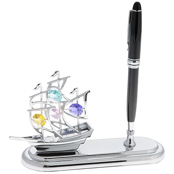 Настольный прибор Кораблик, с ручкой. 6726967269Настольный прибор Кораблик выполнен из металла серебристого цвета и украшен разноцветными кристаллами Swarovski. В комплекте также имеется ручка, которая вставляется в специальное отверстие в приборе. Поставьте прибор на стол на работе или дома и наслаждайтесь изящной формой корабля и блеском кристаллов. Изысканный и эффектный, этот потрясающий настольный прибор с ручкой для письма покорит своей красотой и изумительным качеством исполнения, а также станет прекрасным подарком начальнику или коллегам.