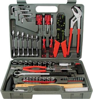 Набор инструментов FIT, 100 предметов65101Набор слесарно-монтажных инструментов FIT - это необходимый предмет в каждом доме. Он включает в себя 100 предметов, которые умещаются в небольшом кейсе. Инструменты, входящие в набор гарантируют надежность и длительный срок службы. Такой набор будет идеальным подарком мужчине. В набор входит: Головки 1/4: 5 мм, 6 мм, 7 мм, 8 мм, 9 мм, 10 мм, 11 мм, 12 мм , 13 мм; Головки 1/2: 10 мм, 11 мм, 12 мм, 13 мм, 14 мм, 15 мм, 17 мм, 19 мм; Вороток-трещотка 1/2 Головка на свечу зажигания 1/2: 21 мм Т-образная отвертка-вороток 1/4 Переходник с воротка на биту Биты шлицевые: SL4, SL5 Биты крестовые: PH1, PH2, PH3 Биты шестигранные: НЕХ3, НЕХ4, НЕХ5, НЕХ6 Клещи переставные (23 см) Элетропассатижи (20 см) Пассатижи (16 см) Отвертки шлицевые: SL6 x 100 мм, SL6 x 38 мм Отвертки крестовые: PH2 x 100 мм, PH2 x 38 мм Ключи комбинированные: 8 мм, 10 мм, 12 мм, 13 мм, 14 мм, 17 мм Молоток с деревянной ручкой...
