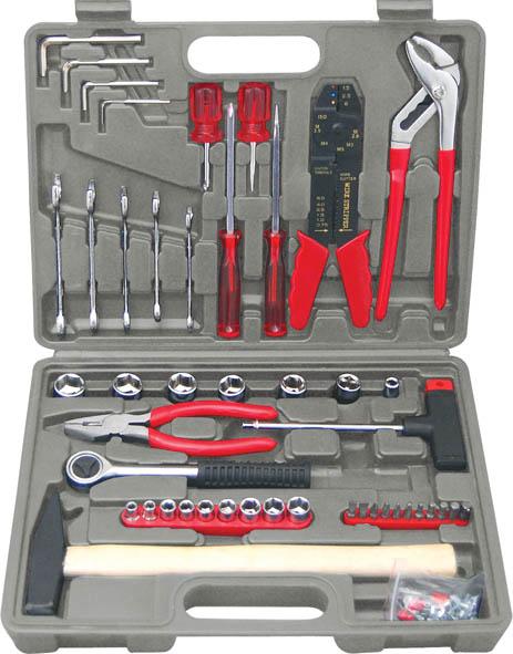 Набор инструмента FIT, 1/4 и 3/8, 100 предметов65090Набор слесарно-монтажных инструментов FIT - это необходимый предмет в каждом доме. Он включает в себя 100 предметов, которые умещаются в небольшом кейсе. Инструменты, входящие в набор гарантируют надежность и длительный срок службы. Такой набор будет идеальным подарком мужчине. В наборе: Головки 1/4: 5 мм, 6 мм, 7 мм, 8 мм, 9 мм, 10 мм, 11 мм, 12 мм, 13 мм Головки 3/8: 14 мм, 15 мм, 16 мм, 17 мм, 18 мм, 19 мм Вороток 3/8 (19 см) Переходник с воротка 1/4 на биту Т-образная отвертка - вороток 1/4 Отвертки шлицевые: SL6 х 100 мм, SL6 38 мм, Отвертки крестовые: PH2 х 100 мм, PH2 х 38 мм Ключи комбинированные: 8 мм, 10 мм, 12 мм, 13 мм, 14 мм Пассатижи (15 см) Клещи переставные (22 см) Электропассатижи (20 см) Биты шлицевые: SL4, SL5 Биты крестовые: PH1, PH2, PH3 Биты шестигранные: HEX3, HEX4, HEX5, HEX6 Ключи шестигранные HEX: 3 мм, 4 мм, 5 мм, 6 мм Молоток (0,3 кг) Клеммы (54 шт.) ...