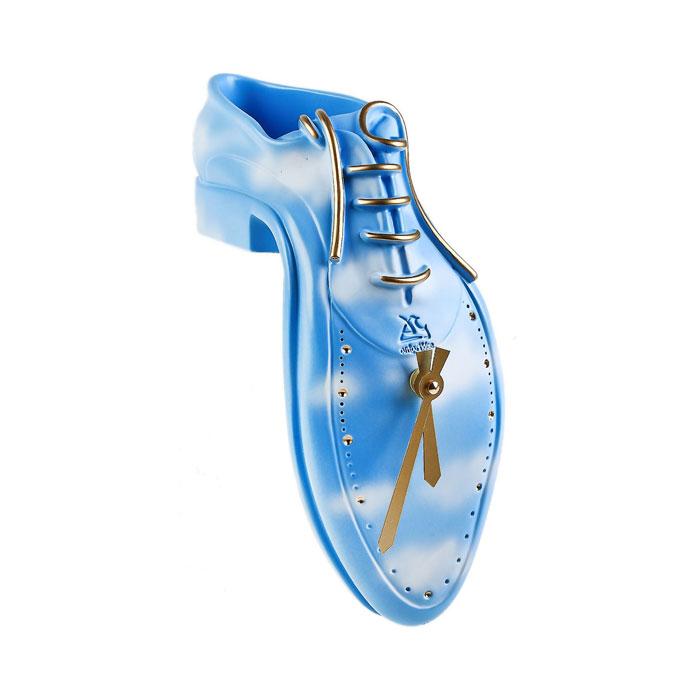 Часы настольные Ботинок, цвет: голубой. 549549Оригинальные настольные часы Ботинок в стиле сюрреализм - интерьерный арт-объект, выполненный вручную итальянскими мастерами из экологически чистого материала - мраморной крошки. Ботинок, стекающий с вашего стола, - необычное дизайнерское решение и стильное украшение интерьера. Этот аксессуар не только оформит интерьер, но и послужит функционально. Оформите совой дом таким интерьерным шедевром или преподнесите его в качестве презента друзьям, и они оценят ваш оригинальный вкус и неординарность подарка.