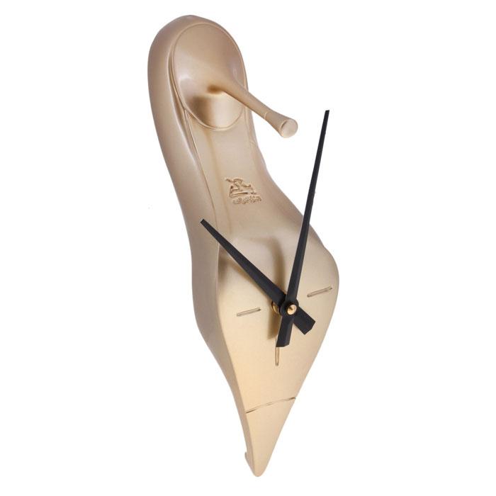 Часы настенные Золотая туфелька. 652504652504Оригинальные настенные часы Золотая туфелька - интерьерный арт-объект, выполненный вручную итальянскими мастерами из полистоуна. Золотистая туфелька, висящая на стене, - необычное дизайнерское решение и стильное украшение интерьера. Этот аксессуар не только оформит интерьер, но и послужит функционально. Оформите совой дом таким интерьерным шедевром или преподнесите его в качестве презента друзьям, и они оценят ваш оригинальный вкус и неординарность подарка.