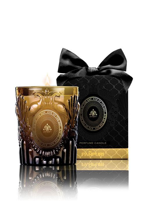 Panpuri Свеча ароматизированная Фамм фаталь - Мата Хари, 300 г4Q6A0070Парфюмированная свеча от Panpuri - это не просто воск и фитиль. Стеклянные стаканы для свечей с изображением павлина выдуваются вручную, как в старые добрые времена. Смешанный вручную кремообразный воск дает чистое и долгое пламя. Получившая имя навеянное ароматом, свеча в серии Panpuri Femme Fatale - идеальное сочетание драгоценных натуральных эссенций и тонких ароматов, прославляющее красоту и силу настоящей женщины. Нарезанный лимон и помело на листьях пальмы продолжаются в сердце ароматами свежесрезанного гальбанума, ревеня и семян сельдерея, оттененные специевыми нотами дубового мха и мускуса рождая сон наяву, из которого возникает страстный танец неподрожаемой Маты Хари. Время горения свечи 90 часов.
