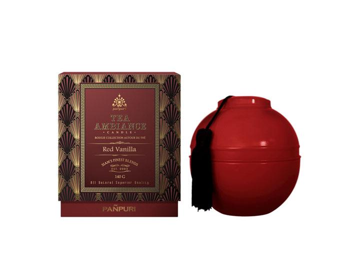 Panpuri Свеча ароматизированная Чайная коллекция - Красная ваниль, 140 г4Q6A0150Разлитая в красную жестяную чашу, свеча составит вам компанию в любой поездке. Чаша украшена шелковыми черными кистями - элегантный намек на восточную утонченность и внимание к деталям. Свеча из чайной коллекции Panpuri – это вручную созданный шедевр, который будет гореть древним, вечным огнем, наполняя комнату великолепным ароматом еще долго после того, как свеча догорит. Ноты: французский красный чай, карамель и ваниль. Время горения: около 36 часов.