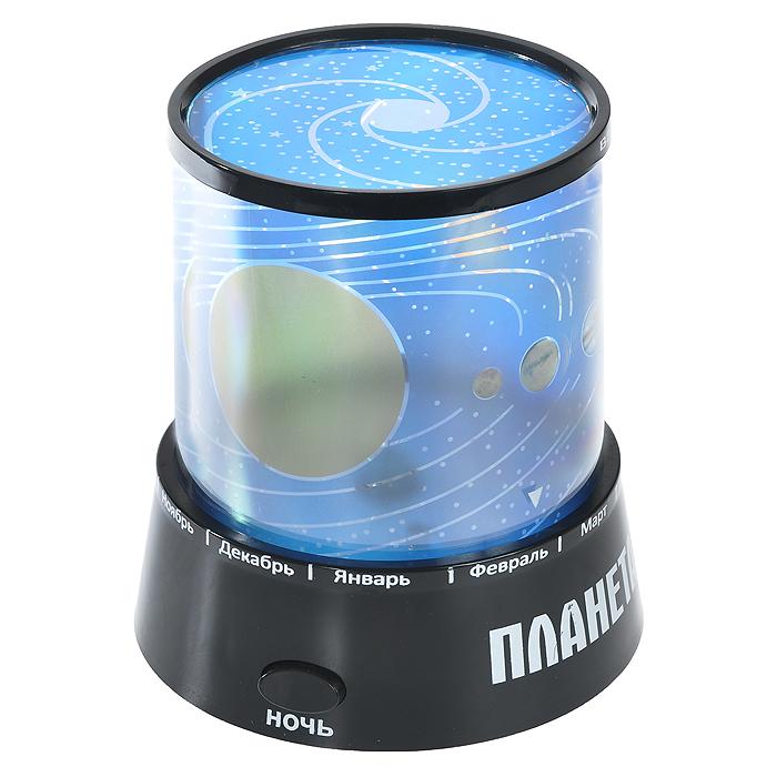 Ночник-проектор Планетарий, цвет: черный. 9397593975Ночник-проектор Планетарий - это удивительный прибор для создания ясного ночного неба прямо у вас в комнате. Ночник проецирует созвездия на стены и потолок помещения. Ночник оснащен светодиодами, которые постепенно меняют цвета своего свечения. Включив проектор, вы увидите, как на стенах и потолке вашей комнаты отражаются тысячи звезд, свечение постепенно изменяется! Максимальный эффект от ночника достигается в условиях полного затемнения. Источник света: - Лампочка (от карманного фонарика) - Три многоцветных светодиода. Источники света включаются отдельными кнопками (можно использовать как вместе, так и по отдельности). Характеристики: Цвет: черный. Материал: пластик. Размер ночника: 10,5 см х 11,5 см х 10,5 см. Размер упаковки: 11 см х 13 см х 11 см. Артикул: 93975. Работает от 3 батареек АА 1.5V (не входят в комплект). Имеется вход для внешнего источника питания 4,5В (блок питания в комплекте не поставляется). ...