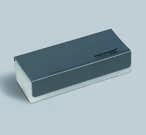 Стиратель магнитный Magnetoplan со сменными салфетками, цвет: серый12295Стиратель магнитный Magnetoplan предназначен для быстрого и удобного стирания маркерных записей с белых досок. В нижней части стирателя под салфеткой расположена магнитная полоса, с помощью которой стиратель фиксируется в любом месте доски. Используется в комплекте со сменными салфетками для стирания. Характеристики: Материал: пластик, металл, текстиль. Размер: 16 см х 7 см х 4,5 см. Размер упаковки: 16,5 см x 7,5 см x 5 см.