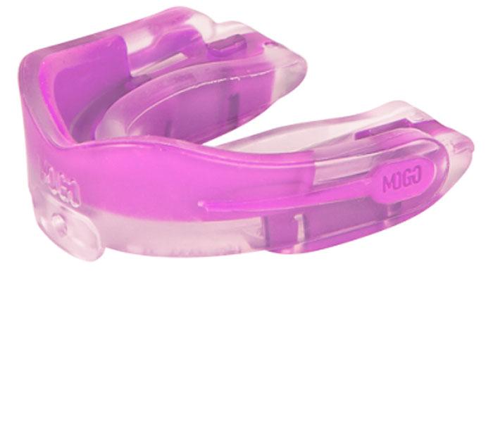 Капа одночелюстная MoGo, цвет: прозрачный, розовый, вкус: жвачкаMOGO-01B-TПоистине революционная технология позволила MoGo придать пластику вкус, создав первую в мире ароматизированную капу. Уникальность технологии в том, что ароматизатор не распылен по поверхности, а внедрен в сам материал. Благодаря этому, вы будете ощущать во рту приятный освежающий вкус каждый раз, как используете капу. Она также предотвращает пересыхание ротовой полости во время соревнований или тренировок, тем самым повышая эффективность вашего дыхания. Капа MoGo прекрасно подходит как для занятий единоборствами, так и для любых видов спорта, где необходима подобная защита. Капа изготовлена по принципу свари и укуси или проще говоря - вам придется предварительно нагреть ее в горячей воде, чтобы потом с легкостью подогнать под вашу челюсть. Продуманный дизайн гарантирует вам максимум защиты, отдачи, комфорта и свободы дыхания во время тренировок. Все ароматизаторы изготовлены из натуральных компонентов. Все вкусовые добавки и материалы одобрены Управлением по контролю...
