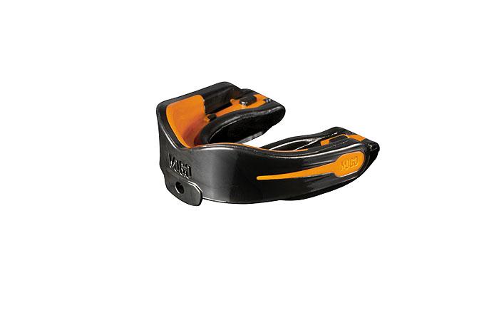 Капа одночелюстная MoGo, цвет: черный, оранжевый, вкус: апельсинMOGB-01X-TПоистине революционная технология позволила MoGo придать пластику вкус, создав первую в мире ароматизированную капу. Уникальность технологии в том, что ароматизатор не распылен по поверхности, а внедрен в сам материал. Благодаря этому, вы будете ощущать во рту приятный освежающий вкус каждый раз, как используете капу. Она также предотвращает пересыхание ротовой полости во время соревнований или тренировок, тем самым повышая эффективность вашего дыхания. Капа MoGo прекрасно подходит как для занятий единоборствами, так и для любых видов спорта, где необходима подобная защита. Капа изготовлена по принципу свари и укуси или проще говоря - вам придется предварительно нагреть ее в горячей воде, чтобы потом с легкостью подогнать под вашу челюсть. Продуманный дизайн гарантирует вам максимум защиты, отдачи, комфорта и свободы дыхания во время тренировок. Все ароматизаторы изготовлены из натуральных компонентов. Все вкусовые добавки и материалы одобрены Управлением по контролю...