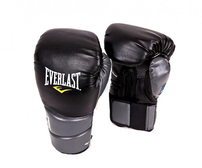 Перчатки тренировочные Everlast Protex2 Training Gloves, цвет: черный, серый, 12 унций3112GLLXLUТренировочные боксерские перчатки Protex 2 Evergel Training Gloves. Инновационный гелевый материал амортизирует удары и защищает суставы пальцев во время тренировок. Мелкие отверстия по всей площади ладони обеспечивают дыхание и комфорт руки, в то время как антибактериальная пропитка активно борется с плохим запахом и ростом бактерий.