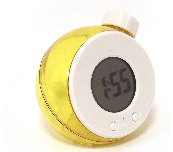 Часы Эврика работающие на воде, цвет: желтый. 9457194571Часы Эврика выполнены из прозрачного желтого пластика, имеют круглый электронный циферблат и работают на воде. Принцип работы часов такой: при первом запуске часов - достать их из упаковки, открыть пробку и полностью наполнить резервуар часов холодной водой из под крана тонкой струей. Подождать пару минут - из электроэлемента должен выйти воздух через отверстие в верхней части электроэлемента - это важный момент. Далее слить излишки воды так, чтобы при установке на ровную поверхность уровень воды был между отметками на корпусе часов. Все, часы готовы к работе, можно настраивать время и дату. Самое главное для удачного запуска часов - при первом наполнении из электроэлемента должен выйти воздух через отверстие в верхней части электроэлемента. Такие часы послужат отличным подарком для ценителя ярких и необычных вещей.