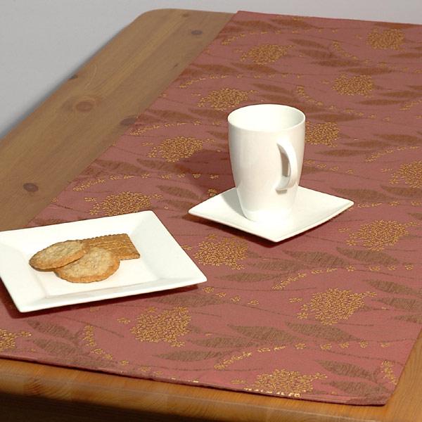Дорожка для декорирования стола Schaefer, прямоугольная, цвет: терракотовый, 43 x 135 см06030-285Прямоугольная дорожка Schaefer выполнена из сочетания полиэстера, вискозы и акрила с цветочным орнаментом. Благодаря такой дорожке вы защитите поверхность стола от воды, пятен и механических воздействий, а также создадите атмосферу уюта и домашнего тепла в интерьере вашей кухни.