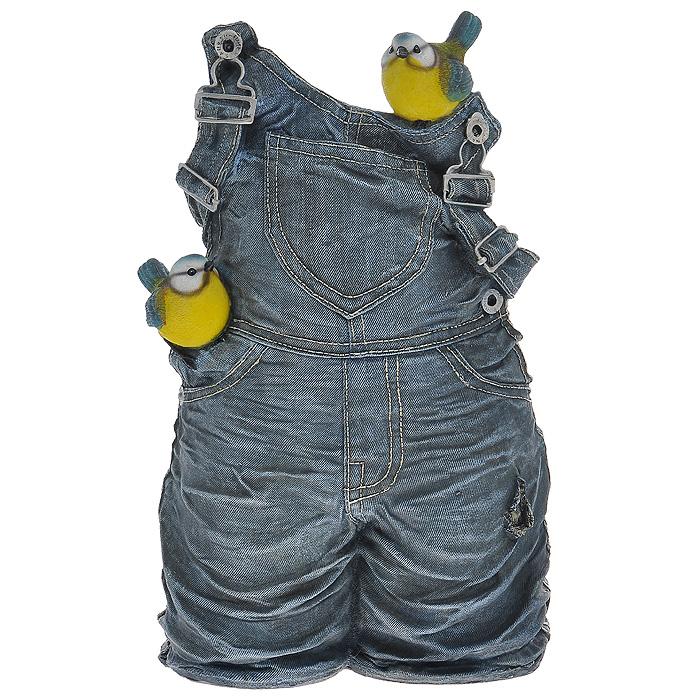 Кашпо Штанишки с синичкамиHA07021Кашпо для цветов, изготовленное из полистоуна, выполнено в виде джинсовых штанишек с синичками. Кашпо предназначено для установки внутрь цветочного горшка. Кашпо обладает долговечностью и износостойкостью. Это изделие не потеряет яркости красок и четкости форм даже после длительной эксплуатации. Кашпо часто становятся последним штрихом, который совершенно изменяет интерьер помещения или ландшафтный дизайн сада. Благодаря такому кашпо вы сможете украсить вашу комнату, офис, сад и другие места. Характеристики: Материал: полистоун. Внутренний размер отверстия для горшка: 14 см х 11 см. Общий размер фигуры (Д х Ш х В): 23 см х 18 см х 41 см. Размер упаковки: 45 см х 30 см х 23 см. Артикул: HA07021.