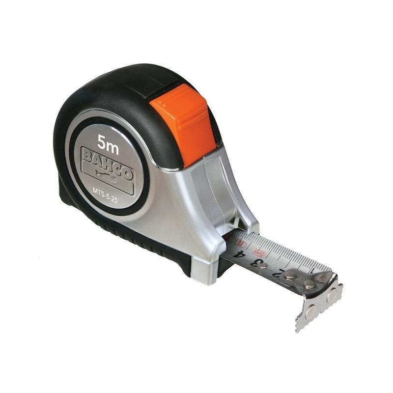 Рулетка Bahco, 5 м х 25 мм. MTS-5-25MTS-5-25Рулетка Bahco - это измерительный инструмент высокой точности, гибкая стальная лента, сматывающаяся в специальный футляр. Она является усовершенствованным вариантом складного метра. Рулетка удобна тем, что на конце измерительной ленты имеется специальный порожек, который можно закрепить за край измеряемого предмета. Ширина ленты: 2,5 см.