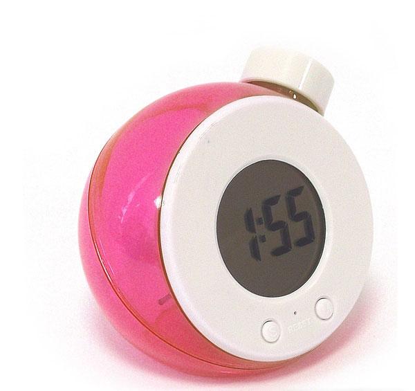 Часы Эврика работающие на воде, цвет: красный. 9451294512Часы Эврика выполнены из прозрачного красного пластика, имеют круглый электронный циферблат и работают на воде. Принцип работы часов такой: при первом запуске часов - достать их из упаковки, открыть пробку и полностью наполнить резервуар часов холодной водой из под крана тонкой струей. Подождать пару минут - из электроэлемента должен выйти воздух через отверстие в верхней части электроэлемента - это важный момент. Далее слить излишки воды так, чтобы при установке на ровную поверхность уровень воды был между отметками на корпусе часов. Все, часы готовы к работе, можно настраивать время и дату. Самое главное для удачного запуска часов - при первом наполнении из электроэлемента должен выйти воздух через отверстие в верхней части электроэлемента. Такие часы послужат отличным подарком для ценителя ярких и необычных вещей.