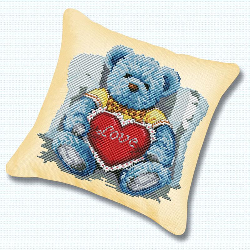 Набор для вышивания подушки Медвежонок с сердцем, 45 х 45 смПодушка 920 Медвежонок с сердцемВ наборе для вышивания крестом Медвежонок с сердцем есть все необходимое для создания оригинальной подушки: канва, цветная схема, нитки мулине, обратная сторона наволочки и 2 иглы. Подушка из канвы, оформленная красивым рисунком-вышивкой с изображением медвежонка, будет оригинально смотреться в интерьере вашего помещения. Вышивание крестом отвлечет вас от повседневных забот и превратится в увлекательное занятие! Работа, сделанная своими руками, создаст особый уют и атмосферу в доме и долгие годы будет радовать вас и ваших близких.