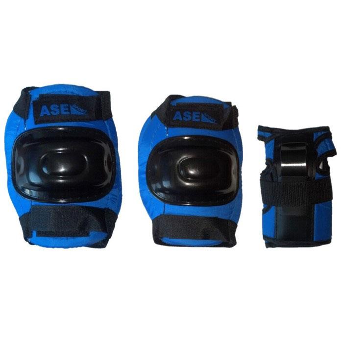 Защита роликовая ASE-608, цвет: синий, черный. Размер LASE-608 р.LКомплект защиты ASE-608 предназначен для комфортного и безопасного катания на роликах, чтобы ребенок при падении не получил травму. Наколенники и налокотники закрывают и предохраняют от ударов локти и колени - места частых ссадин у детей. Специальная защита для запястий уберегает кисть от ударов и предохраняет от вывихов. Защитная экипировка легко надевается и крепится при помощи ремней на липучках. Характеристики: Материал: текстиль, пластик. Размер наколенников: 14 см х 18 см х 4 см. Размер налокотников: 12 см х 16 см х 3,5 см. Размер основы защиты запястья: 10 см х 15 см.