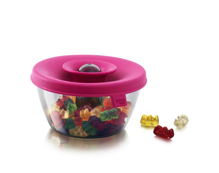 Емкость VacuVin PopSome для хранения орешков, конфет, цвет: розовый, 0,45 л2830160Емкость VacuVin PopSome, выполненная из высококачественного пищевого пластика, это удобный порционный дозатор для орешков, мармелада, драже. Яркая цветная силиконовая крышка с запатентованной системой герметичного закрытия Оксилок гарантирует плотное закрытие емкости. Потяните горлышко гибкой крышки вверх до хлопка, и откроется небольшое отверстие, через которое можно отсыпать часть содержимого. Емкость VacuVin PopSome отлично подойдет для вечеринок. Ее содержимое легко доступно, и в то же время соблюдается гигиена, так как каждый гость отсыпает себе порцию, не трогая руками остальное. В случае если емкость случайно упадет, ее содержимое не рассыплется. Емкость можно мыть в посудомоечной машине. Емкость Popsome получила в 2010 году премию на выставке промышленного дизайна и вышла в финал конкурса Дизайн товаров для дома 2011. Характеристики: Материал: пластик, резина. Цвет: розовый. Диаметр емкости: 12,5 см. Высота...