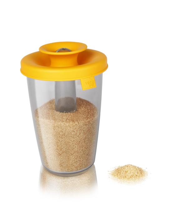 Емкость VacuVin PopSome Sugar/Rice для хранения сахара, риса, цвет: оранжевый2831960Емкость VacuVin PopSome для герметичного хранения пищевых продуктов выполнена из высококачественного пищевого пластика. Она позволяет удобно хранить и сервировать сыпучие продукты. Этот практичный дозатор идеально подходит для сахара, риса и других сыпучих продуктов, например, макарон, сухих завтраков, конфет-драже и т.п. Яркая цветная силиконовая крышка с запатентованной системой закрытия Оксилок специально создана, чтобы емкость оставалась герметичной. Потяните горлышко гибкой крышки вверх для открытия, и тогда содержимое легко можно будет высыпать. При необходимости можно хранить в холодильнике и мыть в посудомоечной машине. Характеристики: Материал: пластик, резина. Диаметр емкости: 10 см. Высота емкости с закрытой крышкой: 16 см. Высота емкости с открытой крышкой: 18,7 см. Артикул: 2831960.