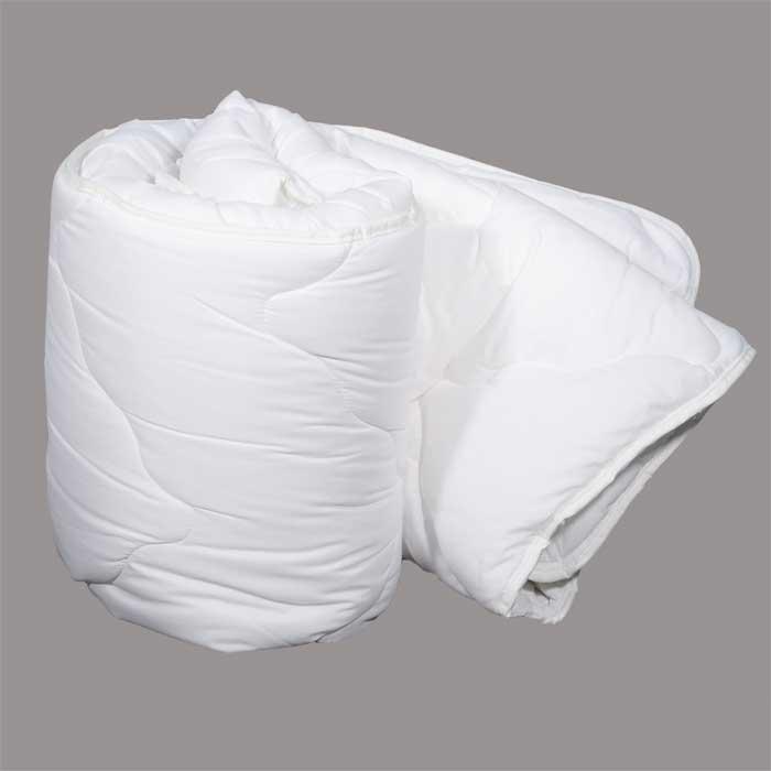 Одеяло Dargez Идеал Голд классическое, наполнитель: Эстрелль, 200 см х 220 см26(15)58Классическое одеяло Dargez Идеал Голд представляет собой чехол из хлопка и полиэстера с наполнителем Эстрелль из полого силиконизированного волокна. Особенности одеяла Dargez Идеал Голд: - обладает высокими теплозащитными свойствами; - гипоаллергенно: не вызывает аллергических реакций; - воздухопроницаемо: обеспечивает циркуляцию воздуха через наполнитель; - быстро сохнет и восстанавливает форму после стирки; - не впитывает запахи; - имеет удобную форму; - экологически чистое и безопасное для здоровья; - обладает мягкостью и одновременно упругостью. Одеяло вложено в текстильную сумку-чехол зеленого цвета на застежке-молнии, а специальная ручка делает чехол удобным для переноски. Характеристики: Материал чехла: 50% хлопок, 50% полиэстер. Наполнитель: Эстрелль - пласт из полого силиконизированного волокна (100% полиэстер). Размер одеяла: 200 см х 220 см. Масса наполнителя: 1,8 кг. Размер...