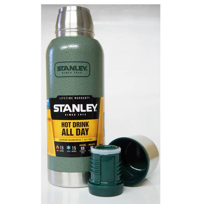 Термос Stanley Adventure, цвет: темно-зеленый, 0,75 л10-01562-005Термос Stanley Adventure станет вашим незаменимым помощником на рыбалке или походе. Объем термоса - 0,75 л. Он удерживает тепло или холод при помощи вакуумной изоляции и держит температуру в течении 15 часов. Корпус и внутренняя колба выполнены из нержавеющей стали. Наружное покрытие - абразивостойкая эмаль. Крышка изготовлена в виде термостакана объемом 236 мл. Слив - через поворотную пробку. Термос герметичен. Стильный функциональный термос будет незаменим в дороге, на пикнике. Его можно взять с собой куда угодно, и вы всегда сможете наслаждаться горячим домашним напитком.
