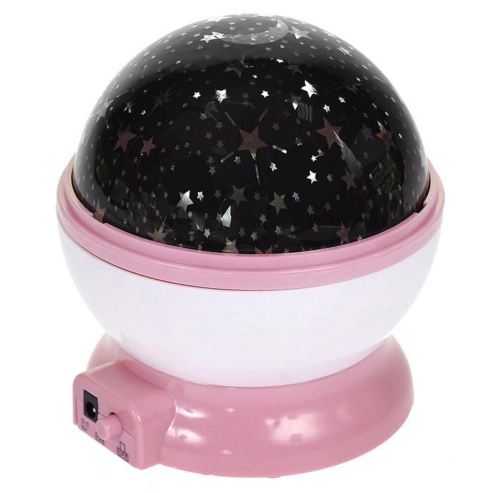 Ночник-проектор Звездное небо, вращающийся, цвет: розовый94676Ночник-проектор Звездное небо - это удивительный прибор для создания ясного ночного неба прямо у вас в комнате. Ночник проецирует созвездия на стены и потолок помещения. Включив проектор, вы увидите, как на стенах и потолке вашей комнаты отражаются тысячи звезд! Максимальный эффект от ночника достигается в условиях полного затемнения. Характеристики: Цвет: розовый. Материал: пластик. Диаметр ночника: 10 см. Размер упаковки: 11 см х 12 см х 11 см. Артикул: 94676. Работает от USB-кабеля (в комплекте) или 4 батареек ААA 1.5V (не входят в комплект).