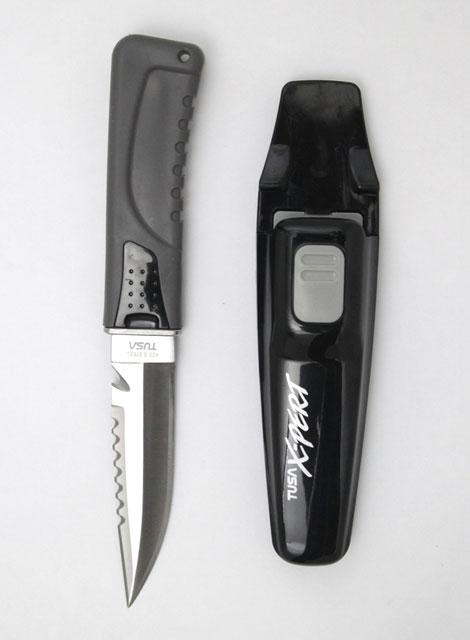 Нож Tusa X-pert, FK-860 BK, цвет: черный, 22,5 смTS FK-860 BKМодель ножа с остроконечным лезвием. Замок надежно крепит нож в ножнах, позволяя достатьего одним движением руки. Легко регулируемые ремешки с пряжками для комфортного крепления к ноге. Нож можно разобрать для обслуживания и для промывки в пресной воде. Отверстие в рукоятке для крепления шнура.