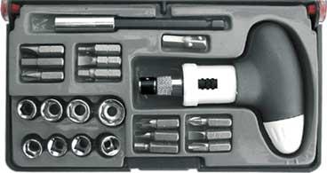 Отвертка пистолетная, реверсивная с 23 битами CrV56283Отвертка реверсивная с Т-образной ручкой - инструмент, предназначенный для отвинчивания и завинчивания винтов, шурупов и других деталей с резьбой, на головке которых имеется шлиц, самый популярный на сегодняшний день ручной инструмент при работе в быту или на производстве. С магнитным фиксатором для бит и встроенным картриджем для хранения бит. В наборе: - 12 бит из хром-ванадиевой стали (SL4; SL5; SL6; РН1; РН2; РН3; PZ1; PZ2; PZ3; Н4; Н5; Н6); - 8 головок из хром-ванадиевой стали (5; 5,5; 6; 7; 8; 9; 10; 11 мм); - магнитный адаптер для бит; - адаптер для головок.