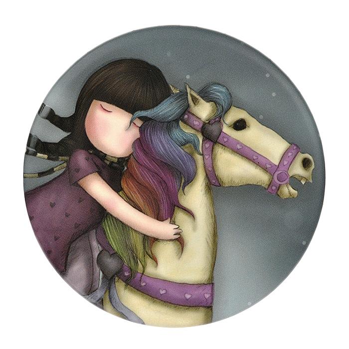 Магнит The Runaway0039005Круглый магнит The Runaway с оригинальным рисунком отлично подойдет для декорации вашего интерьера. Магнит оформлен стилизованным рисунком шотландской художницы Сюзан Вулкотт (Suzanne Woolcott) с изображением основного персонажа своих произведений - девочки Горджус (Gorjuss) на лошади с радужной гривой. С помощью магнита вы можете закрыть мелкие дефекты на холодильнике, которые резко бросаются в глаза, оставить сообщения для членов семьи на записках.