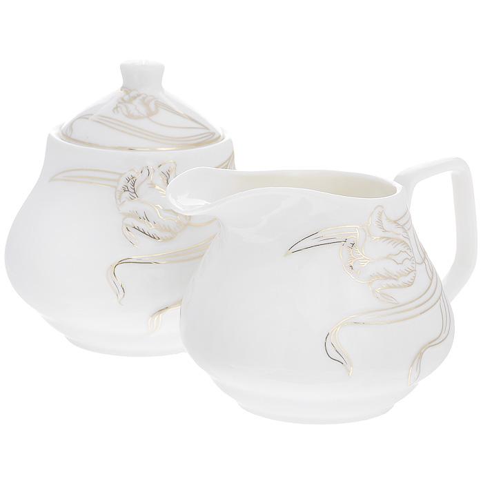 Набор Золотые лианы, 2 предмета508-097Набор Золотые лианы состоит из сахарницы и молочника, выполненных из высококачественного фарфора белого цвета. Изделия декорированы рельефным изображением цветка, покрытого золотистой эмалью. Такой набор прекрасно подойдет для сервировки стола и станет незаменимым атрибутом чаепития. Набор упакован в подарочную коробку из плотного картона. Внутренняя часть коробки задрапирована белой атласной тканью, и каждый предмет надежно крепится в определенном положении благодаря особым выемкам в коробке. Характеристики: Материал: фарфор. Объем молочника: 320 мл. Размер молочника (Д х Ш х В): 13 см х 10 см х 8,5 см. Объем сахарницы: 320 мл. Диаметр сахарницы: 10 см. Высота сахарницы (с учетом крышки): 11 см. Размер упаковки: 25 см х 13 см х 10,5 см. Артикул: 508-097.