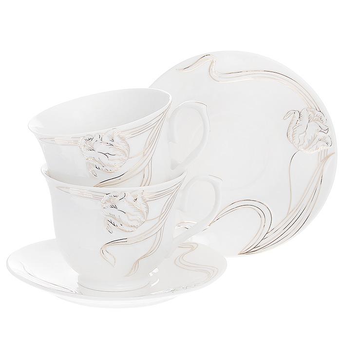 Набор чайный Золотые лианы, 4 предмета508-093Чайный набор Золотые лианы, выполненный из высококачественного фарфора белого цвета, состоит из двух чашек и двух блюдец. Изделия декорированы рельефным цветком, покрытым золотистой эмалью. Элегантный дизайн и совершенные формы предметов набора привлекут к себе внимание и украсят интерьер вашей кухни. Чайный набор Золотые лианы идеально подойдет для сервировки стола и станет отличным подарком к любому празднику. Чайный набор упакован в подарочную коробку из плотного картона. Внутренняя часть коробки задрапирована белой атласной тканью, и каждый предмет надежно крепится в определенном положении благодаря особым выемкам в коробке.