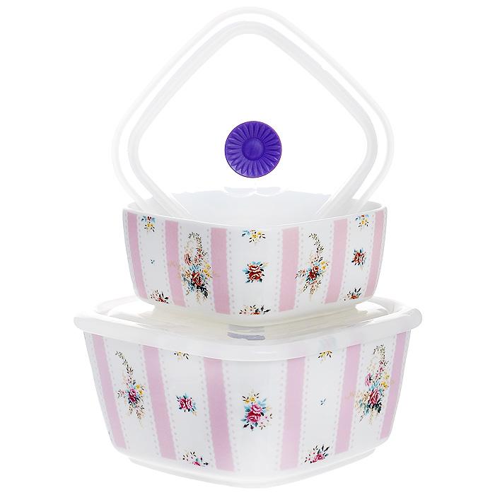 Набор емкостей Розовый муар с крышками, цвет: белый, 2 шт574-525Набор Розовый муар состоит из двух квадратных емкостей с крышками. Изделия выполнены из высококачественного фарфора и оформлены изящным цветочным рисунком. Емкости оснащены пластмассовыми вакуумными крышками с внутренним силиконовым уплотнительным кольцом. Емкости можно использовать для хранения и приготовления пищевых продуктов, а также в качестве салатников или посуды для сервировки. Кроме того, изделия имеют разный объем, поэтому для удобства хранения их можно складывать друг в дружку по принципу матрешки. Можно использовать в СВЧ-печи и холодильнике. Можно мыть в посудомоечной машине. Яркий дизайн и необыкновенная функциональность набора Розовый муар позволит ему стать достойным дополнением к вашему кухонному инвентарю.