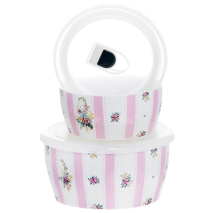 Набор емкостей Розовый муар с крышками, цвет: белый, 2 шт. 574-517574-517Набор Розовый муар состоит из двух круглых емкостей с крышками. Изделия выполнены из высококачественного фарфора и оформлены изящным цветочным рисунком. Емкости оснащены пластмассовыми вакуумными крышками с внутренним силиконовым уплотнительным кольцом. Емкости можно использовать для хранения и приготовления пищевых продуктов, а также в качестве салатников или посуды для сервировки. Кроме того, изделия имеют разный объем, поэтому для удобства хранения их можно складывать друг в дружку по принципу матрешки. Можно использовать в СВЧ-печи и холодильнике. Можно мыть в посудомоечной машине. Яркий дизайн и необыкновенная функциональность набора Розовый муар позволит ему стать достойным дополнением к вашему кухонному инвентарю.