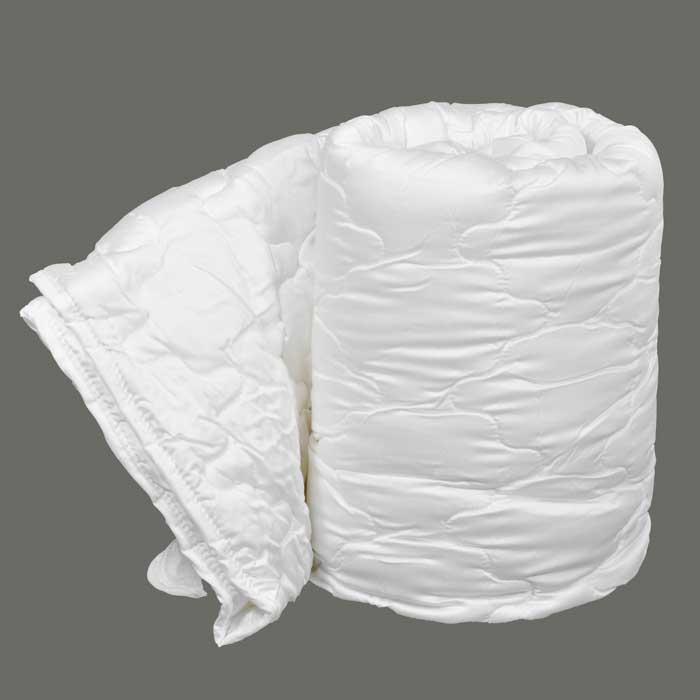 Одеяло Dargez Виктория легкое, наполнитель: Tencel, 140 х 205 см22(34)326Одеяло Dargez Виктория представляет собой чехол из сатина Tencel с наполнителем из волокна Tencel. Оделяло Dargez Виктория создано специально для тех, кто ценит здоровый сон. Безупречно гладкая поверхность волокна в сочетании с его высокой гигроскопичностью делает его идеальным для людей с чувствительной кожей, не вызывая ее раздражение и поддерживая естественный баланс. Tencel - волокно нового поколения, созданное из древесины на основе последних достижений мембранных технологий и молекулярной инженерии. Благодаря своей уникальной нано-фибрилльной структуре Tencel обладает рядом положительным свойств натуральных и синтетических волокон: мягкостью, прочностью, повышенной терморегуляцией и гигроскопичностью. Одеяло вложено в текстильную сумку-чехол зеленого цвета на застежке-молнии, а специальная ручка делает чехол удобным для переноски.