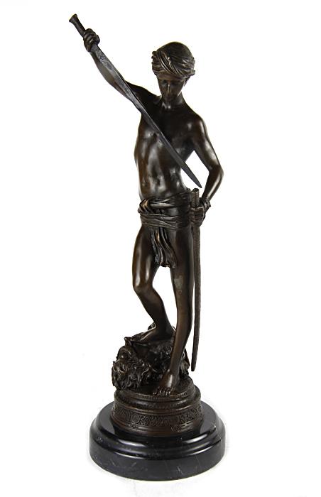 Статуэтка Давид и Голиаф. Бронза, мрамор. Вторая половина XX века52134Статуэтка Давид и Голиаф. Бронза, мрамор. Западная Европа, вторая половина XX века. Высота 33 см, ширина 10,5 см, длина 13 см. Сохранность хорошая. Имеется клеймо производителя. Скульптура Давида, повергшего Голиафа является самой популярной скульптурой. В руках юноша держит меч Голиафа, которым только что отрубил ему голову. Он попирает голову великана ногой. Прекрасный подарок ценителю истории, знатоку древней мифологии, а также прекрасное украшение интерьера.