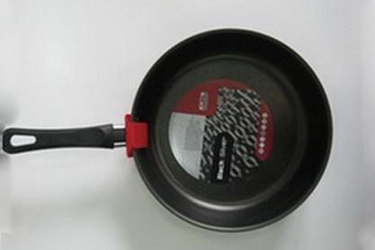 Сотейник Flonal Black & Silver, с тефлоновым покрытием. Диаметр 26 см. BS3261BS3261Сотейник тефлоновый Flonal Black & Silver, оснащенный удобной бакелитовой ручкой, изготовлен из пищевого алюминия. Благодаря тефлоновому покрытию, не позволяет пище пригорать. Легко моется. Можно готовить с минимальным количеством жира. Быстрый и равномерный нагрев сохраняет пищевую ценность продукта. Энергия используется рационально. Посуда подходит для использования на газовых, электрических и стеклокерамических плитах; ее можно мыть в посудомоечной машине. Характеристики: Материал: алюминий, тефлоновое покрытие, бакелит. Цвет: черный. Диаметр сотейника: 26 см. Диаметр диска сотейника: 21 см. Высота стенок сотейника: 6 см. Толщина стенок сотейника: 0,2 см. Толщина дна сотейника: 0,2 см. Длина ручки сотейника: 18 см. Артикул: BS3261. Серия Black & Silver (черное серебро) - одна из самых успешных линий итальянского завода Flonal. Производство осуществляется методом штамповки, внутреннее – 4-х слойное антипригарное покрытие...