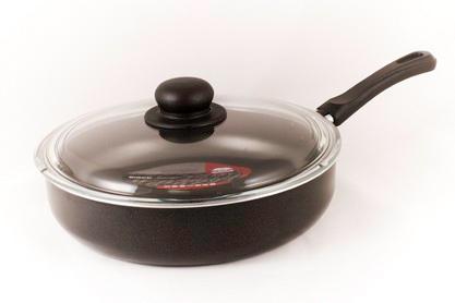 Сотейник Flonal Black & Silver, с тефлоновым покрытием, с крышкой. Диаметр 28 см. BS3283BS3283Сотейник тефлоновый Flonal Black & Silver, оснащенный удобной бакелитовой ручкой, изготовлен из пищевого алюминия. Благодаря тефлоновому покрытию, не позволяет пище пригорать. Легко моется. Можно готовить с минимальным количеством жира. Быстрый и равномерный нагрев сохраняет пищевую ценность продукта. Энергия используется рационально. Посуда подходит для использования на газовых, электрических и стеклокерамических плитах; ее можно мыть в посудомоечной машине. Сотейник снабжен крышкой из термостойкого стекла с удобной ручкой и пароотводом. Характеристики: Материал: алюминий, тефлоновое покрытие, бакелит, стекло. Цвет: черный. Диаметр сотейника: 28 см. Диаметр диска сотейника: 22,5 см. Высота стенок сотейника: 6 см. Толщина стенок сотейника: 0,2 см. Толщина дна сотейника: 0,2 см. Длина ручки сотейника: 18 см. Артикул: BS3283. Серия Black & Silver (черное серебро) - одна из самых успешных линий итальянского завода Flonal....