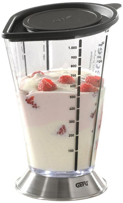 Емкость мерная для смешивания Gefu, 1000 мл14460Мерная емкость от Gefu является многофункциональным кухонным приспособлением. С ее помощью можно не только измерять объем помещаемых в нее жидкостей, но и смешивать их, а так же долго сохранять приготовленные соки, пюре, коктейли. Стальное основание придает емкости дополнительную устойчивость. В емкости можно перемешивать или взбивать продукты при помощи погружного блэндера. При этом бортики защищают от брызг пространство вокруг емкости. Можно мыть в посудомоечной машине. Характеристики: Материал: высококачественная сталь, прозрачный пластик. Диаметр емкости по верхнему краю (без учета носика и ручки): 12 см. Высота емкости: 20 см. Размер основания емкости: 11 см х 2 см. Размер упаковки: 12,6 см х 11,9 см х 17,6 см. Производитель: Германия. Артикул: 14460.