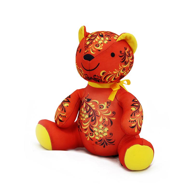 Мягкая игрушка Мишка: хохлома, цвет: красный, желтый, 24 смMT-D091288Мягкая игрушка Мишка, выполненная в стиле хохлома, вызовет умиление и улыбку у каждого, кто ее увидит. Игрушка изготовлена из гладкого, эластичного и прочного полиэстера, наполнитель - гранулы полистирола диаметром меньше миллиметра (наполнитель высшего качества). Эти гранулы обеспечивают осязательный массаж, приятный, полезный и антидепрессивный. Такая игрушка легкая, упругая и всегда хорошо выглядит, как бы вы ее ни сжимали, она неизменно возвращает себе первоначальную форму. Удивительно мягкая игрушка принесет радость и подарит своему обладателю мгновения нежных объятий и приятных воспоминаний. Великолепное качество исполнения делают эту игрушку чудесным подарком как ребенку, так и взрослому.