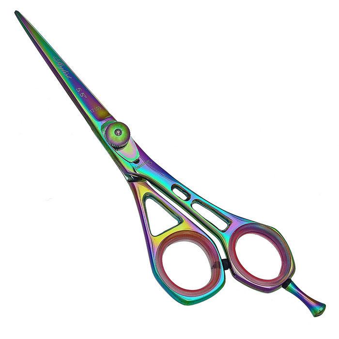 Solinberg Ножницы парикмахерские Stylist 5.5. 213-17155213-17155Парикмахерские ножницы Solinberg Stylist 5.5 выполнены из стали с антибактериальным покрытием и предназначены для стрижки волос. Эргономичные - со смещенными кольцами, учитывают анатомию руки, а потому позволяют работать без напряжения мышц кисти и предплечья. Стандартная заточка - выполняется под углом 45-50 градусов. При этом режущая кромка представляет собой ровную полосу шириной около 1 мм. Выносная винтовая группа - винт системы Kompensator Swinger имеет болтовое натяжное устройство и пружину. Позволяет мастеру без дополнительных инструментов, вручную, регулировать натяжение полотен в зависимости от характера выполняемой работы или толщины волос клиента. Можно задавать ножницам более мягкий или жесткий ход. Съемный усилитель для мизинца дает возможность прикладывать меньшее усилие в процессе стрижки. Кольца c сменными резиновыми вставками - позволяют уменьшить диаметр колец и защищают пальцы от аллергических реакций при контакте с металлом. ...