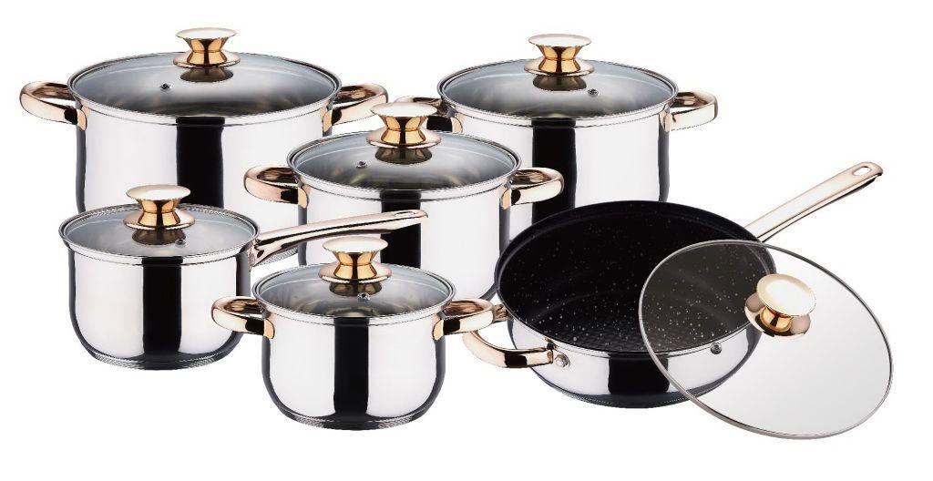 Набор посуды Wellberg Regal, 12 предметов. 1105WB1105WBНабор посуды Wellberg Regal состоит из четырех кастрюль разного объема с крышками, ковша с крышкой и сковороды с крышкой. Все предметы набора выполнены из высококачественной нержавеющей пищевой стали. Сковорода имеет внутреннее мраморное антипригарное покрытие, устойчивое к царапинам. Энергосберегающее капсульное 5-ти слойное алюминиевое дно посуды быстро и равномерно распределяет тепло. Внутренняя поверхность посуды идеально ровная, что значительно облегчает мытье. Кастрюли оснащены эргономичными ручками с эффектом золочения, что сделает приготовление пищи более безопасным и позволит готовить без прихваток. Крышки, выполненные из термостойкого стекла, имеют пароотводы и удобные ручки. Крышки плотно прилегают к краям кастрюль, предотвращая проливание жидкости и сохраняя аромат блюд. Набор посуды Wellberg Regal подходит для использования на всех типах плит, включая индукционные. Можно использовать в духовом шкафу. Также изделия можно мыть в посудомоечной...