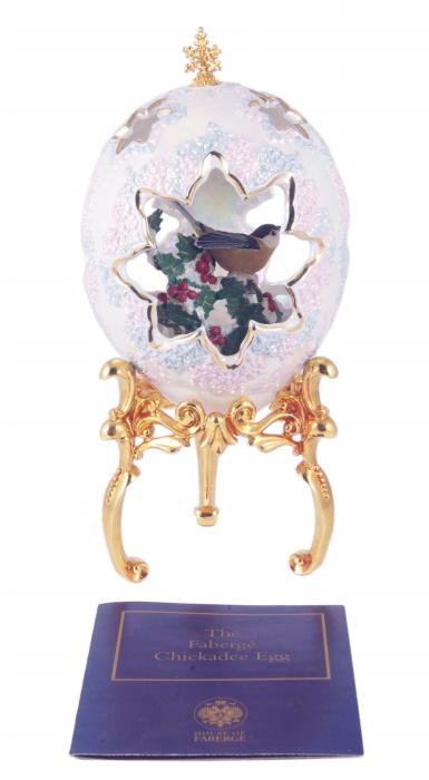Яйцо Синяя Птица. Фарфор, металл, роспись, позолота, House of Faberge. Конец XX векаПКПЛОЯйцо Синяя Птица. Фарфор, металл, роспись, позолота. Западная Европа, Фаберже, конец ХХ века. Высота яйца 14 см, диаметр яйца 10 см. Высота подставки 8,5 см, диаметр подставки 8 см. Размеры коробки 13х13х28 см. Сохранность очень хорошая. Яйцо снежно-белого цвета имеет прорези в форме цветков. Через них видно скульптурное изображение из фарфора - птичка, сидящая на полузаснеженном кусте боярышника с ягодами. Подставка на трех ножках выполнена из металла и позолочена. Удивительной лиричностью и тонкой любовью к природе пронизано это произведение дома Фаберже.