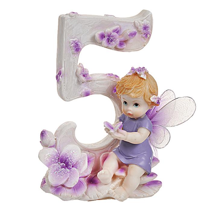 Статуэтка Именинный ангелочек. 5 лет514-1030Статуэтка Именинный ангелочек. 5 лет, выполненная из полистоуна, станет отличным подарком для вашего малыша! Все мы знаем, как порой непросто бывает выбрать подходящий подарок к тому или иному торжеству, а декоративные статуэтки Molento всегда были и останутся оригинальным подарком. Этот вид сувенира нельзя назвать бесполезной вещью. Статуэтка может стать великолепным украшением интерьера. На протяжении долгих лет, дизайнеры используют статуэтки для придания интерьеру особого шарма. Характеристики: Материал: полистоун. Размер статуэтки: 9,5 см х 6 см х 12 см. Размер упаковки: 10 см х 7,5 см х 13 см. Артикул: 514-1030.