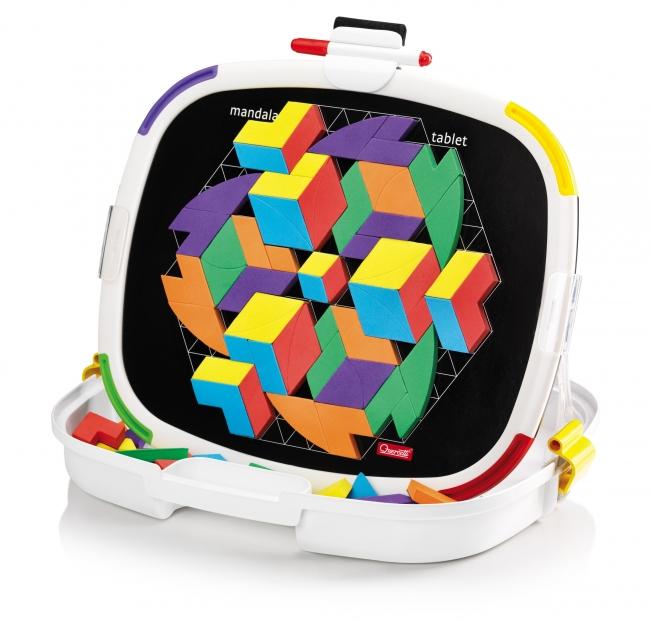 Магнитная мозаика Quercetti Мандала, №5348, 90 элементов5348Магнитная мозаика Quercetti Мандала - это яркая и увлекательная развивающая игра. В набор входят 90 разноцветных мозаичных элементов на магнитной основе, с помощью которых ребенок сможет создавать бесконечные мандалы с яркими абстрактными фигурками. Складываясь в круги вокруг центра, они создают интересный 3D эффект, который вызовет бурю восторга у юного создателя. Для этого ему нужно лишь прикреплять элементы к магнитной доске-основе на примере приведенных в буклете изображений или так, как подскажет фантазия. Обратная сторона доски предназначена для создания рисунков маркером. Элементы мозаики выполнены из вспененного полимера и представлены шести цветов: голубого, красного, зеленого, фиолетового, оранжевого и желтого. Хранятся они в пластиковой коробочке, крышка которой является основой для мозаики. Основа легко снимается с коробочки и может использоваться отдельно. Коробочка оснащена пластиковой ручкой для переноски. Также в комплект входят красный маркер, крепящийся...