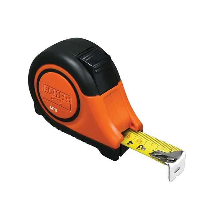 Рулетка Bahco, 8 м х 25 мм. MTB-8-25-MMTB-8-25-MКарманная рулетка Bahco серии MTВ с запатентованной системой автофиксации ленты. Двухкомпонентный корпус из АБС-пластика и каучука. Лента с двусторонней градуировкой и прочным антибликовым нейлоновым покрытием DURA NY-CoatTM. Поясная клипса с возможностью крепления на пуговицу. С крючком из нержавеющей стали с магнитом. Ширина ленты: 2,5 см.